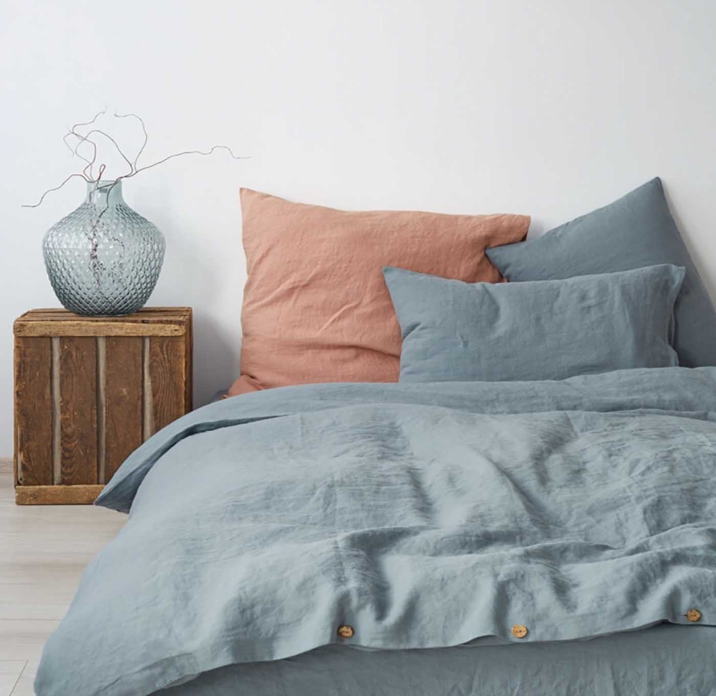 stoffkunde-leinen-blue-fog-washed-linen-bed-set-von-linen-tales-decohome.de_