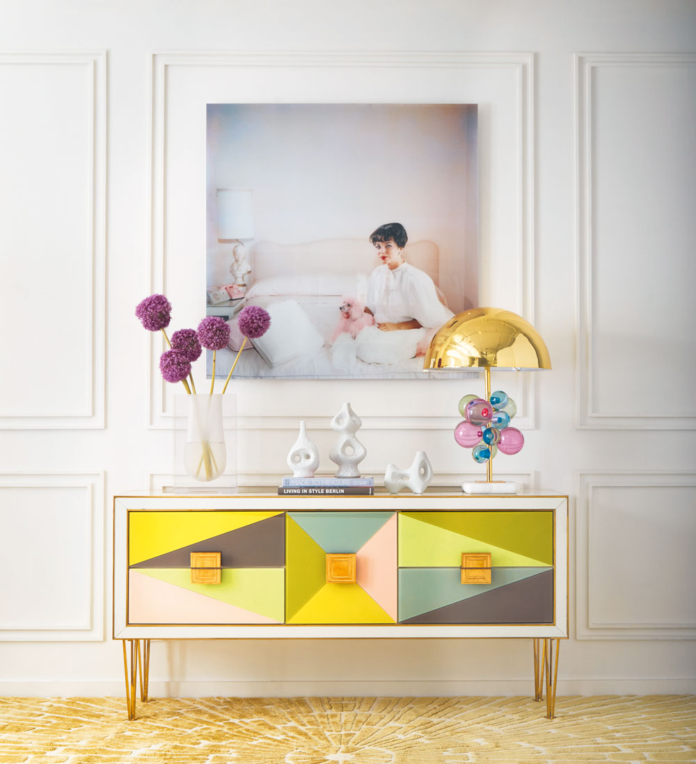 interview-jonathan-adler-living-room-pastels-harlequin-credenza-ronchamp-vases-globo-table-lamp-sunburst-rug-slim-aarons-art-decohome.de_