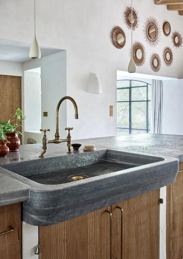 Mallorca Style Kueche mit Waschbecken aus grobem Stein