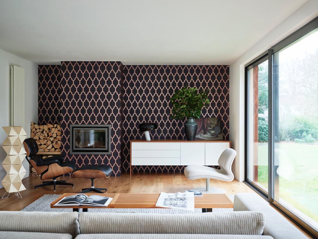 tapete-wohnzimmer-grafisch-farrowandball-tessella-decohome.de_