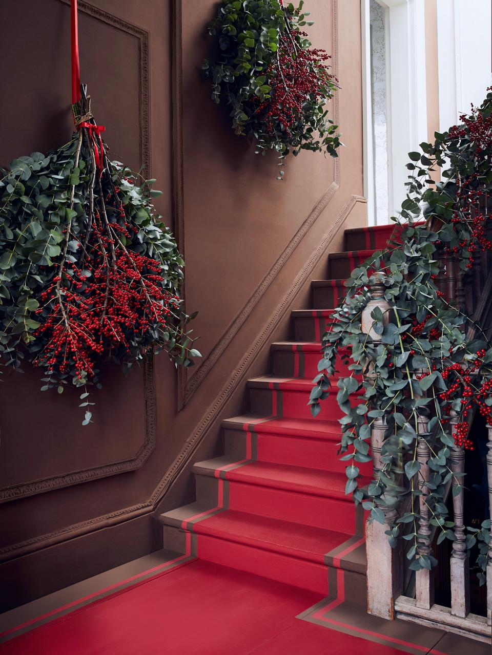 weihnachtsdeko-profitipps-decohome.de-annie-sloan-christmas-hallway-chalk-paint-in-honfleur-and-emperors-silk-gloss-lacquer-on-stairs-lifestyle-portrait-1