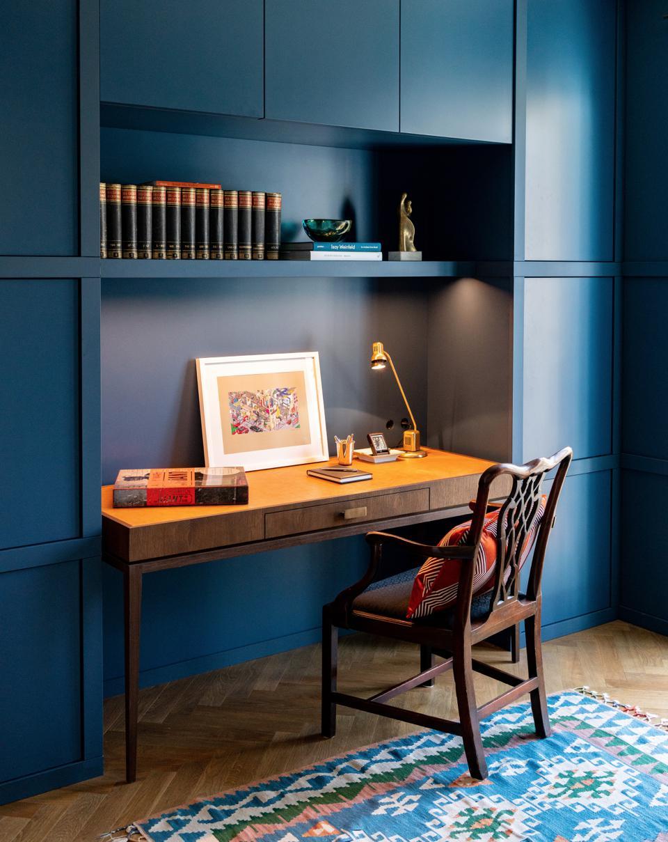 home-office-einrichten-schrankwand-decohome.de-schreibtisch-sebastian-zenker-interior-design_city-apartment