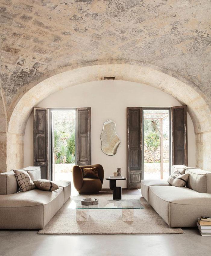beige-stoffe-decohome.de-ferliving-wohnzimmer-gewoelbe-sofa-1