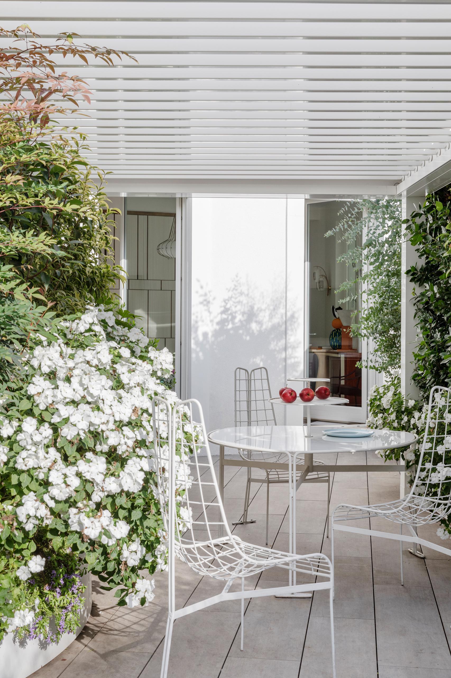 design-ideen-nilufar-gallery-mailand-homestory-decohome.de-terrasse-outdoormoebel