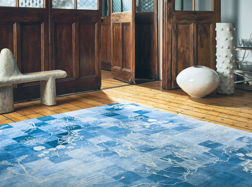 designstudio-glithero-teppich-petr-krejci-photography_blue-decohome.de_