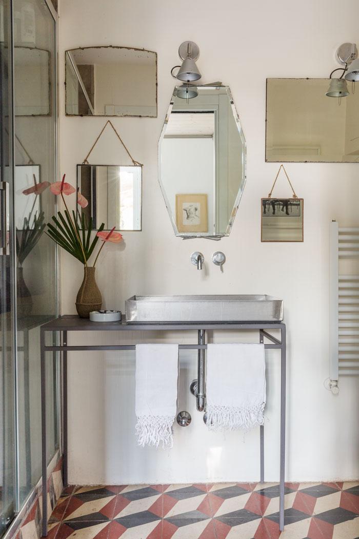eklektisch-wohnen-rom-dylan-tripp-decohomede-badezimmer-spiegel