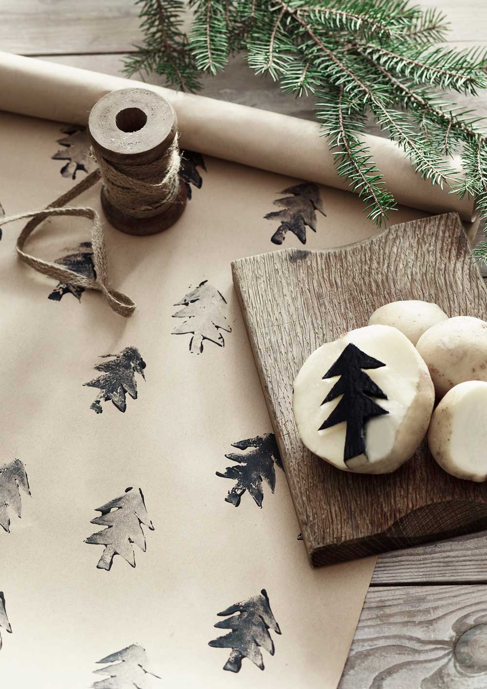 geschenke-verpacken-annie-sloan-christmas-wrapping-potato-printing-with-chalk-paint-in-athenian-black-decohome.de_