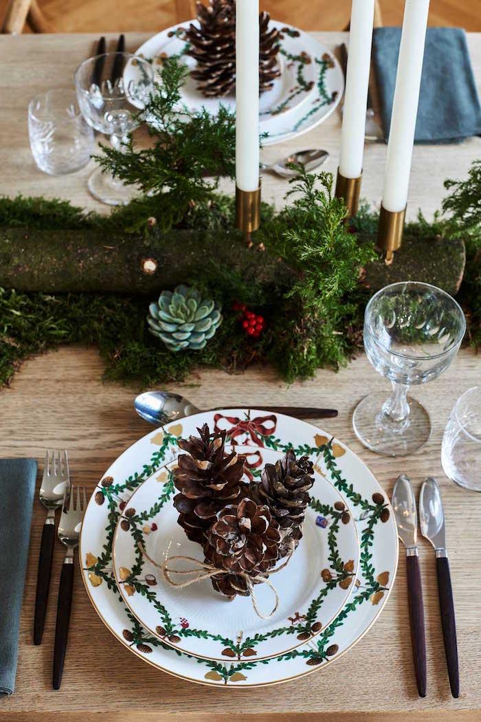 Natürliche Weihnachtsdeko in einem modernen Haus in Dänemark