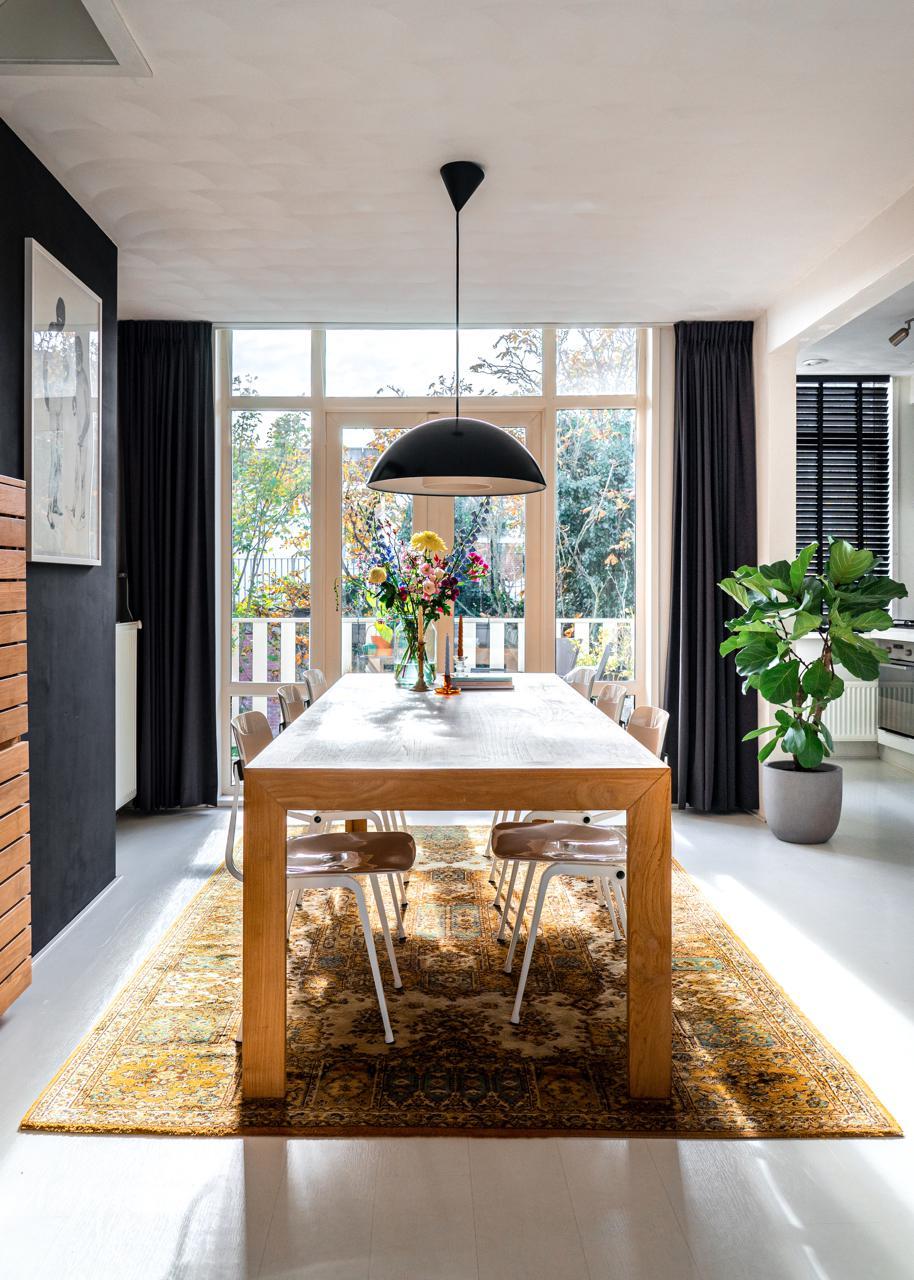 design-amsterdam-esstisch-leuchte-schwarze-wand-decohome.de-studio-kapstok-35-hdr