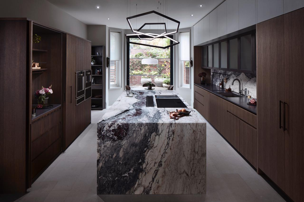 neue-kueche-trends-decohome.de-marmor-dunkles-holz-hampstead-house-by-lanserring