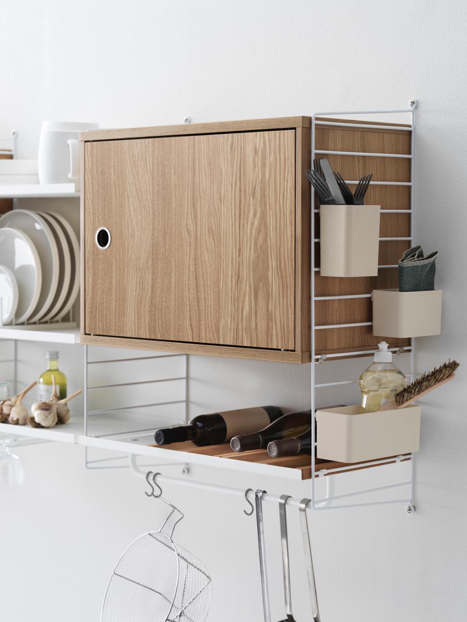 neue-kueche-trends-decohome.de-regal-oberschrank-string_furniture_drehtuerschrank_flascheneinsatz_organizer