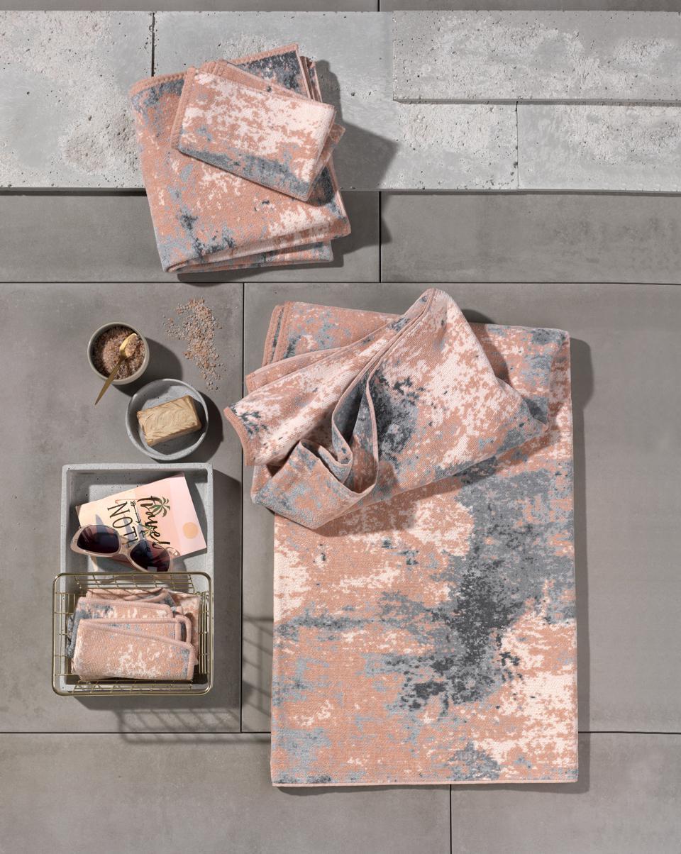 """""""Concrete"""" von Feiler: Harte Beton-Optik mit weicher Chenille-Haptik"""